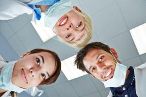 Zahnarzt und Team schauen von oben